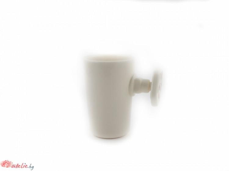 Ръчно изработена порцеланова чаша с дръжка-кранче