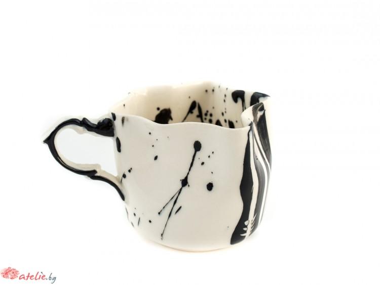 Смачкана порцеланова чаша в черно и бяло