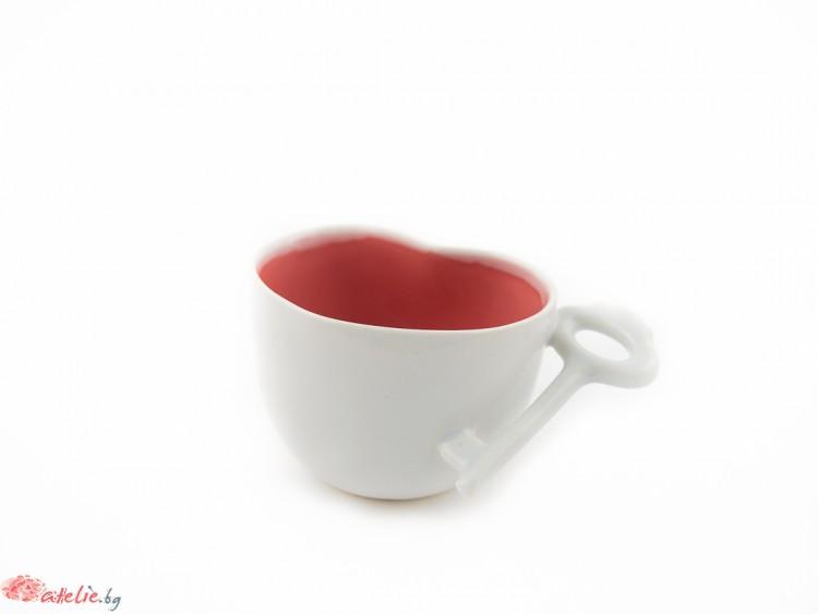 Нежна порцеланова чаша-сърце с дръжка-ключ