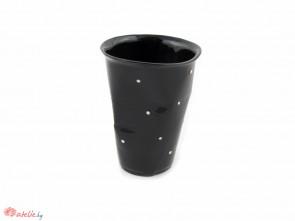 Смачкана черна порцеланова чаша на бели точки