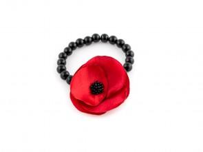 Червена гривна от перли с цвете.