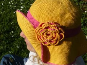 Ръчно изплетена лятна шапка с широка периферия