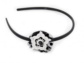 Диадема с дантелено цвете в черно и бяло.